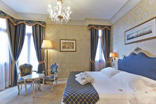 Hotel Antiche Figure: De Luxe Room overlooking the Grand Canal