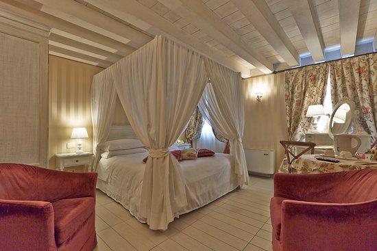 Hotel Antiche Figure: Junior Suite (annex) Canopy Bed
