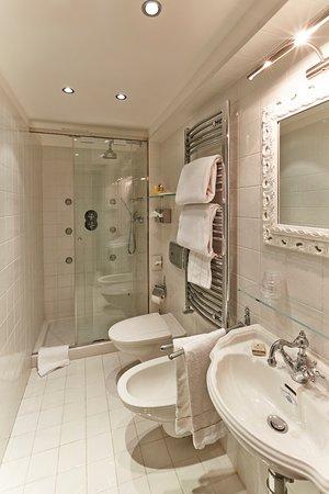 Hotel Antiche Figure: Canopy Bedroom bathroom