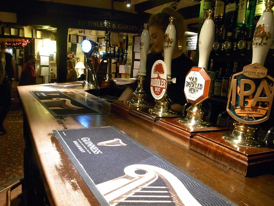 Thornham Magna, UK: A pint of the finest beers await at the beautiful bar.