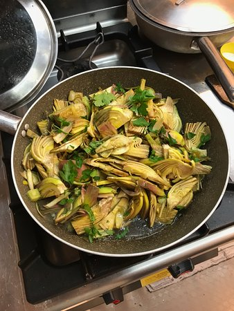 Giglio Cooking Day Course : Artichoke for our pasta dish.