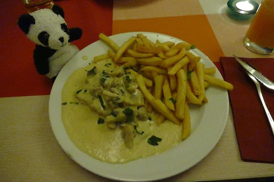 Bad Segeberg, Duitsland: Schweinefilet mit Pommes in Gorgonzolasauce mit Champignons