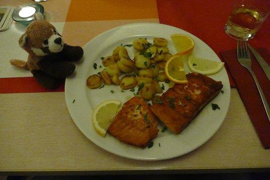 Bad Segeberg, Duitsland: Lachssteak mit Bratkartoffeln