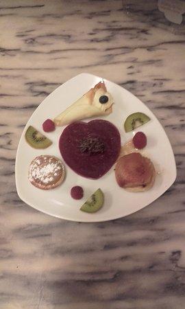 Echassieres, Γαλλία: Trilogie gourmande.Tarte soufflée au praliné, tarte tatin à la poire, cornet de Murat