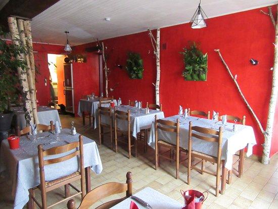 Echassieres, Γαλλία: petite salle de restaurant
