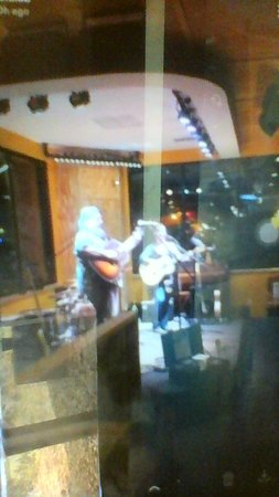 Satchel's Pizza : band singing