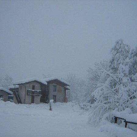 Paesana, Italia: l'agriturismo avvolto da candida neve bianca