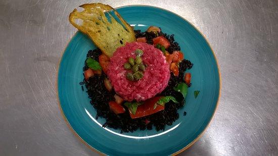 Tartare di scottona con riso nero e capperi un grande piatto estivo