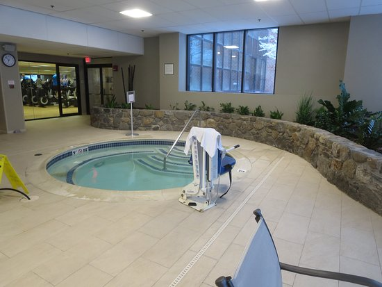Modern hotel with a nice pool hot tub and modern rooms picture of boston marriott burlington for Aldershot swimming pool burlington