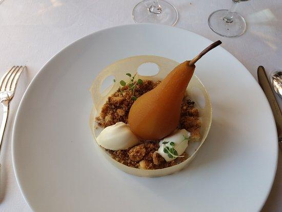 Kervignac, Fransa: Une poire pochée et son croquant au beurre salé