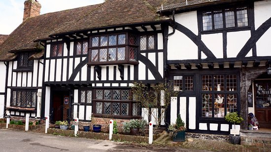 Chilham, UK: The shop and houses on the square