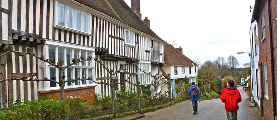 Chilham, UK: Hill from the square with beautiful houses and cottages