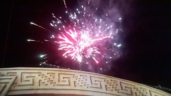 Plaza Prospero Molina: Los fuegos artificiales son emocionantes!!!!