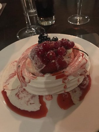 The George Hotel Restaurant: Delightful Pavlova for dessert