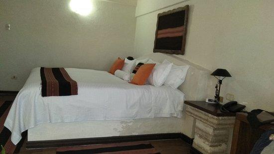 Camera pulita, con base del letto e comodini di sale - Picture of ...