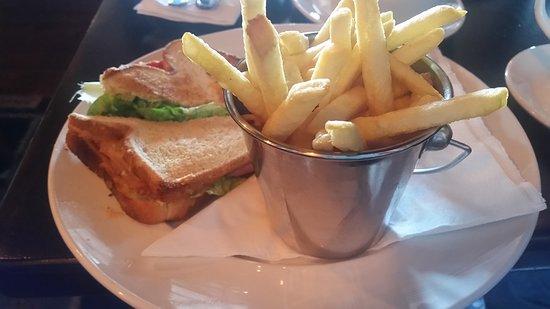 Virginia, Ireland: BLT sandwich with chips