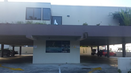 Paihia Pacific Resort Hotel: Exterior of block 3 (next door to actual hotel), with rooms above car park.