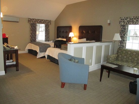 Intervale, Nueva Hampshire: Room with two queen beds and sitting area.