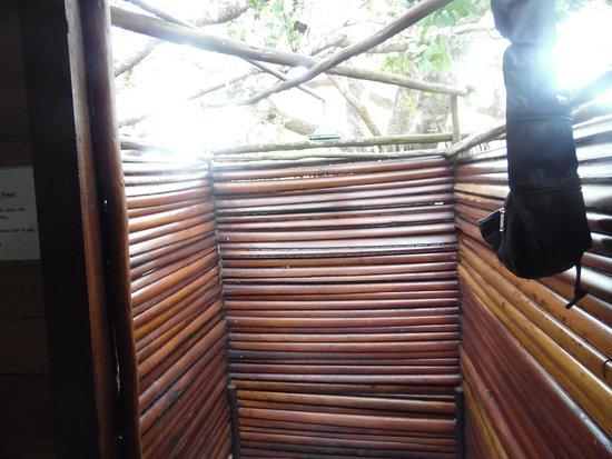 Utshwayelo Lodge: Open air shower