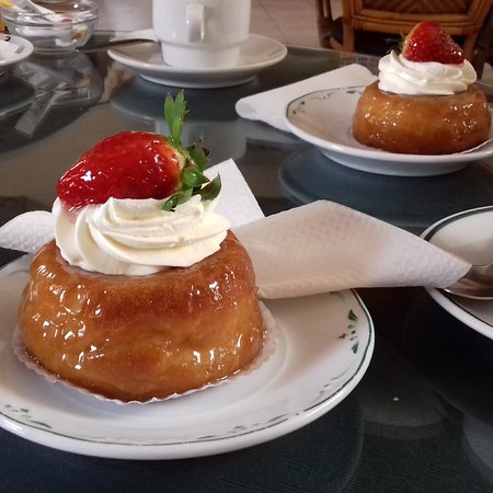 Pasteleria Bamboo: Rum babas to die for