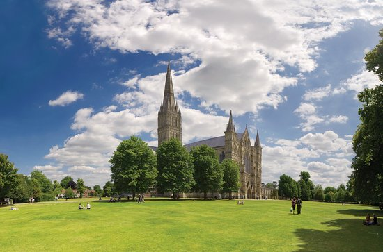 Σόλσμπερι, UK: Salisbury Cathedral's close is the largest in Britain - the perfect spot for a picnic!