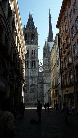 Cathedrale Notre-Dame de Rouen: Vue de la rue du gros horloge