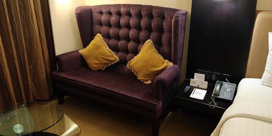 แมทธาน โฮเต็ล: Comfortable couch.