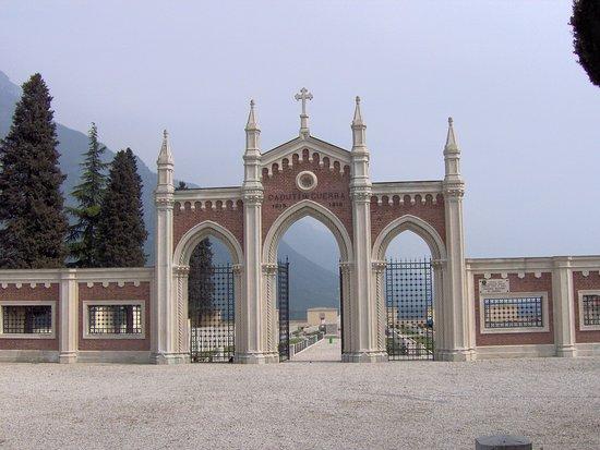 Arsiero, Italia: il portale di ingresso al Cimitero Militare Monumentale