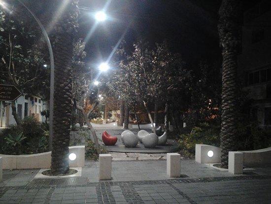 Hanamal 24: Приятный парк около ресторанчика и отеля