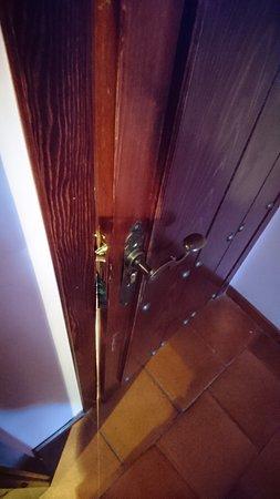 Hotel Rural Carlos I: Detalle del resbalón de la puerta.