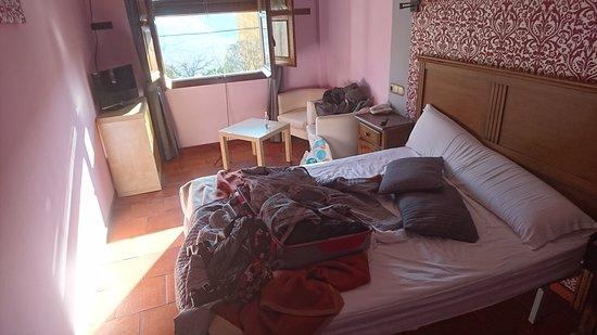 Hotel Rural Carlos I: Última mañana antes de venir a Madrid, la habitación está desordenada de haber dormido esa noche