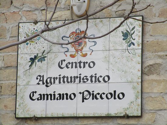 Camiano Piccolo: Insegna esterna