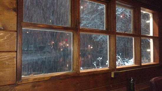 Saddle River, Nueva Jersey: Snow outside while having dinner