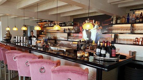 Wendisch Rietz, Alemanha: Gut sortierte Bar mit gemütlichen Sitzmöbeln und einer freundlichen Bedienung.