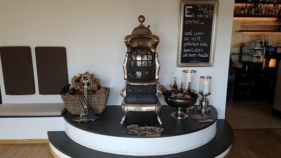 Wendisch Rietz, Alemanha: Heißer Ofen in der Bar, daneben eisgekühlter Sekt und Schampus.