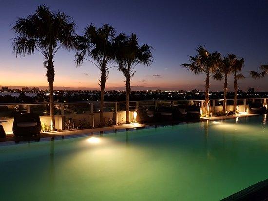 Bay Harbor Islands, فلوريدا: Anochecer dominical en la piscina del hotel