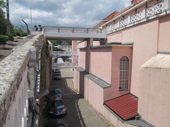 Varzea, Portugal: Traseiras e estacionamento