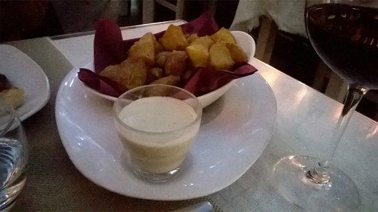 Taberna La Piedra : piedritas (patatas con salsa de queso)