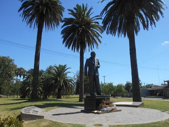 Monumento al Dr. Raúl Alfonsín