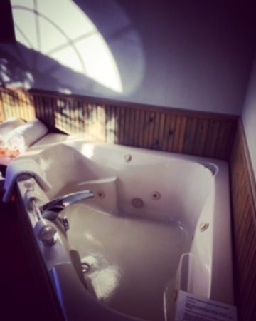 Sparta, WI: Hot tub for two in the Cottage