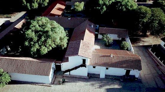 Hacienda de Molinos: Il cortile centrale è ricoperto da un enorme albero del pepe