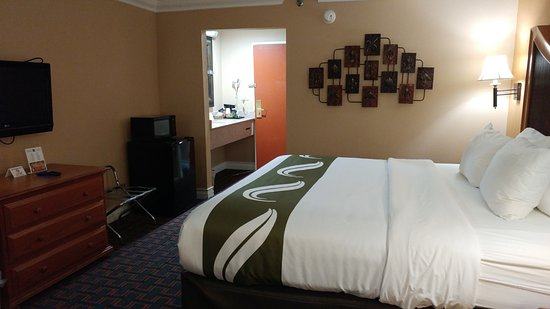 Quality Inn & Suites Atlanta Airport South: Spacious and clean room