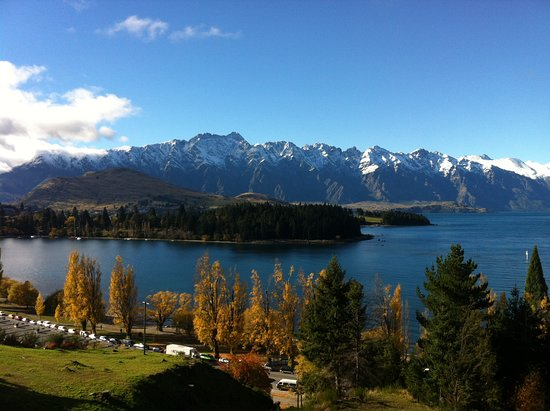 Highview Apartments: View over the reserve to Queenstown Bay, the gardens and across Lake Wakatipu to the Remarkables