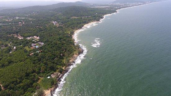مانجو باي ريزورت: Mango Bay Resort beach stretches for nearly 1km 