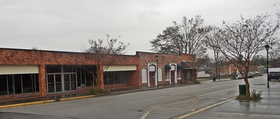 Lots of closed businesses in Kingstree.