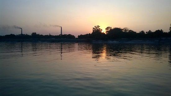 Taki, Ινδία: SUNSET ON ICHAMOTI RIVER