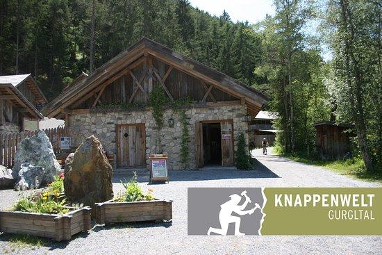 Tarrenz, Austria: Eingangsbereich und Logo des Bergbau-Freilichtmuseums.