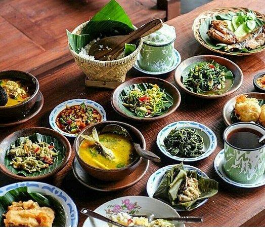 Tampilan Sajian Makanan Tradisional Di Pawon Sulung Dengan Alat