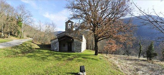 Cagli, Italy: La chiesetta affrescata, forse adiacente un Lazzaretto prima del 1000!!