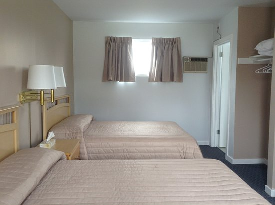 New Glasgow, Canada: Double Room Main Level, All rooms have: Microwave,Small Fridge,32in Flat Screen &Full Bath